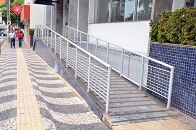 Acessibilidade aos edifícios e estabelecimentos que recebem público
